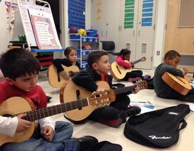 enseñar guitarra a niños