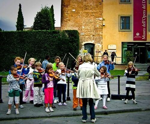 método suzuki niños tocando el violín