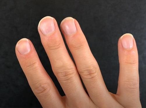 Tocar la guitarra con uñas largas en rampa