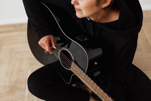 conseguir mejores resultados en la guitarra mujer
