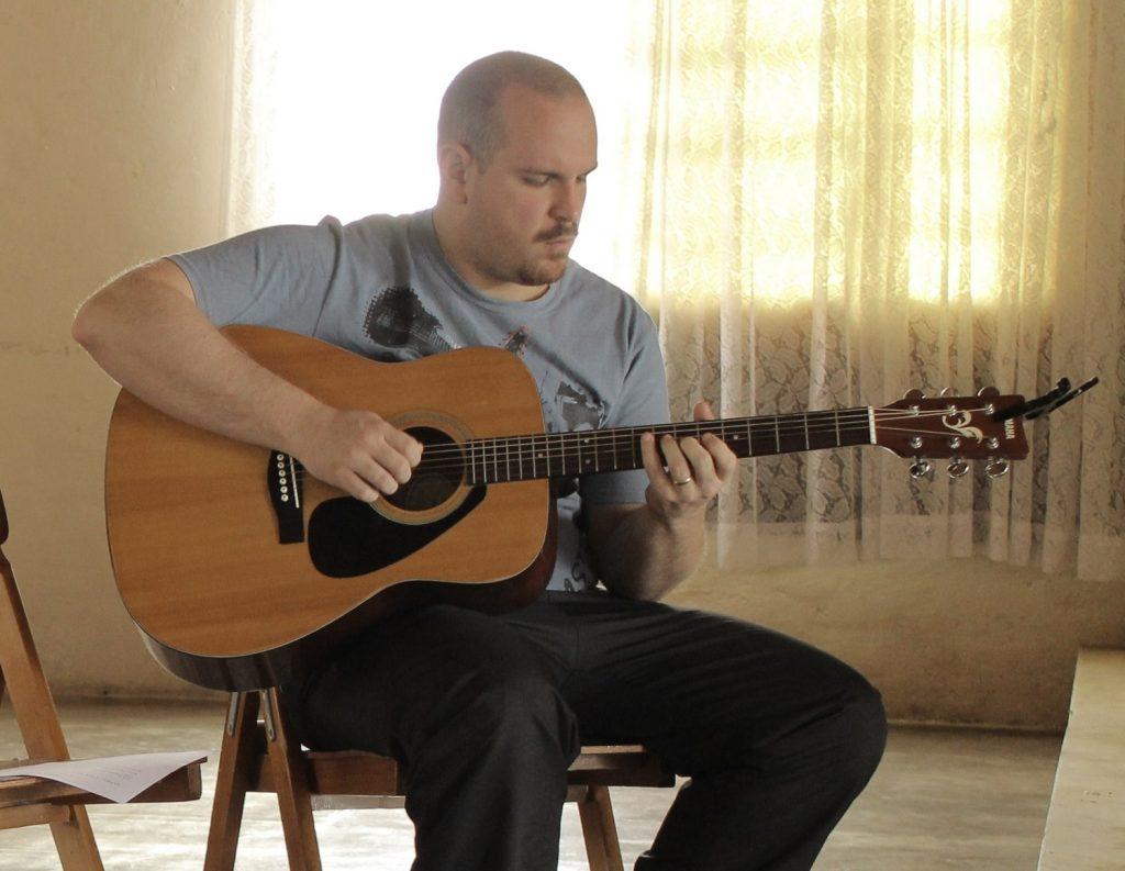 Es difícil aprender a tocar la guitarra hombre tocando